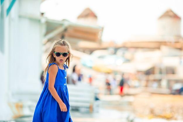 Adorabile bambina a little venice la zona turistica più popolare dell'isola di mykonos, in grecia.