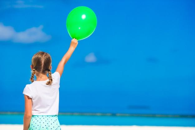 Adorabile bambina con palloncino all'aperto