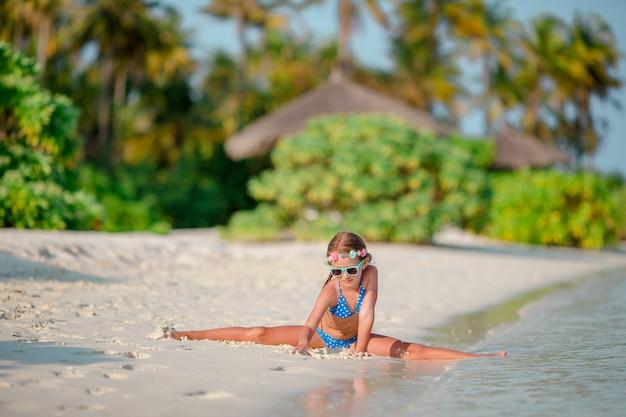 Adorabile bambina in spiaggia durante le vacanze estive