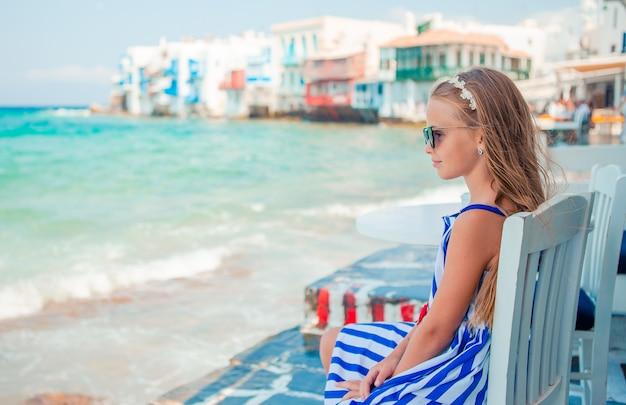 Adorabile bambina in spiaggia