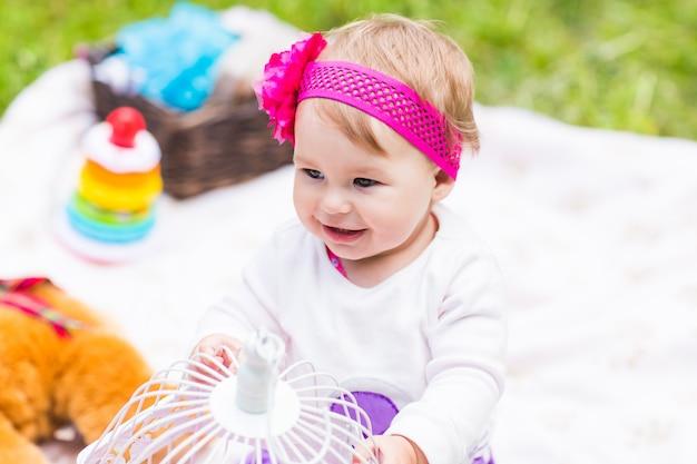 Adorabile bambina sorriso picnic giocoso fine settimana natura