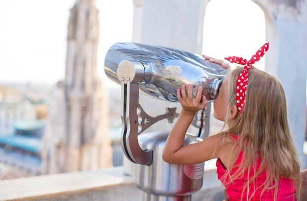 Adorabile bambina sul tetto del duomo, milano, italia