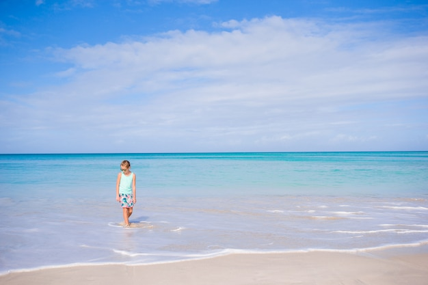 Adorabile bambina sulla spiaggia