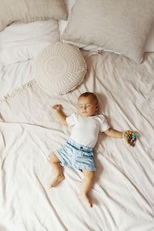 Adorabile bambino che dorme sul letto