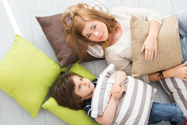 Adorabile bambino con la madre sul pavimento