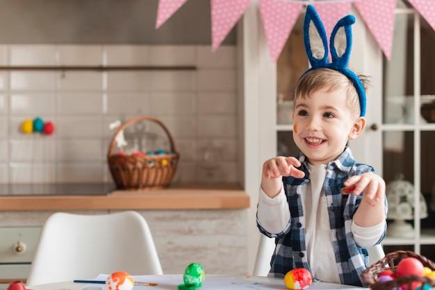 Adorabile bambino con le orecchie da coniglio in posa