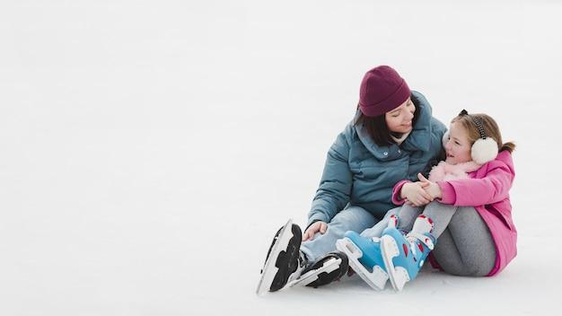 Adorabile bambino e madre copia spazio