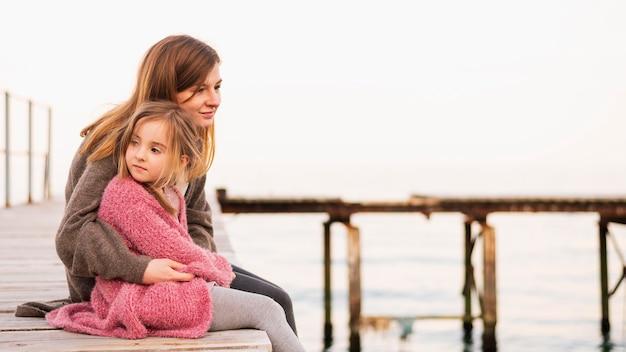 Adorabile figlia e madre seduta