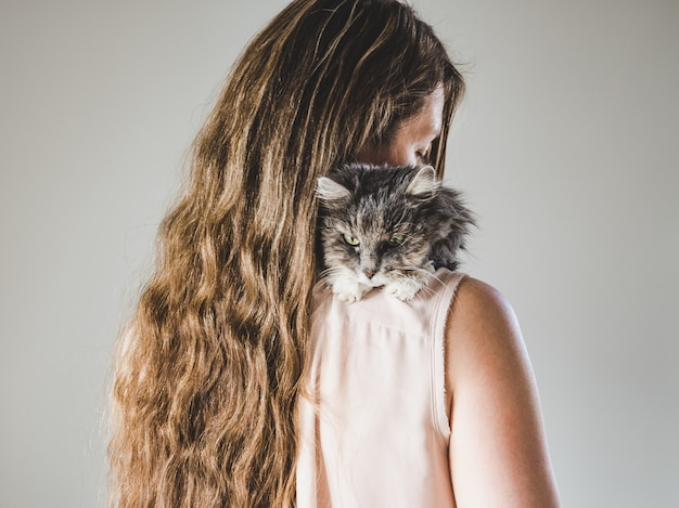 Adorabile gattino e bella donna. avvicinamento
