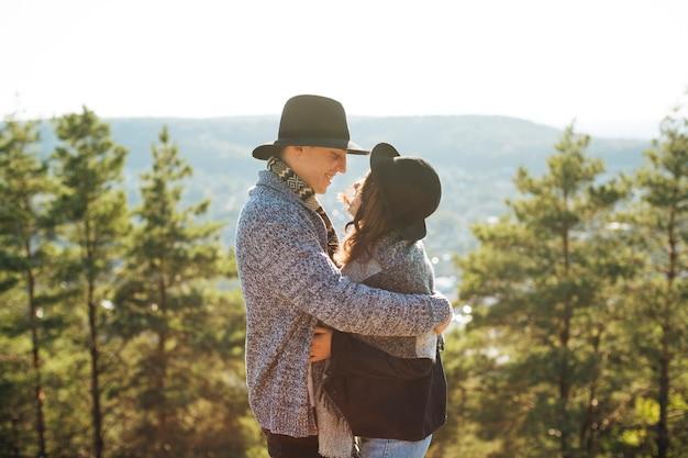 Adorabile giovane coppia abbracciarsi