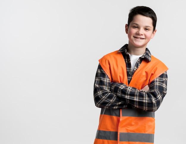 Adorabile giovane specialista in costruzioni con giubbotto