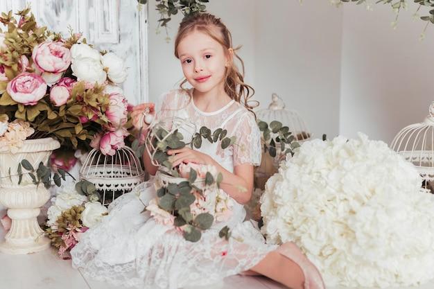 Adorabile ragazza circondata da fiori