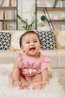 Adorabile ragazza vietnamita felice