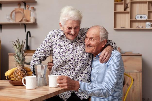 Adorabile uomo anziano e donna innamorata