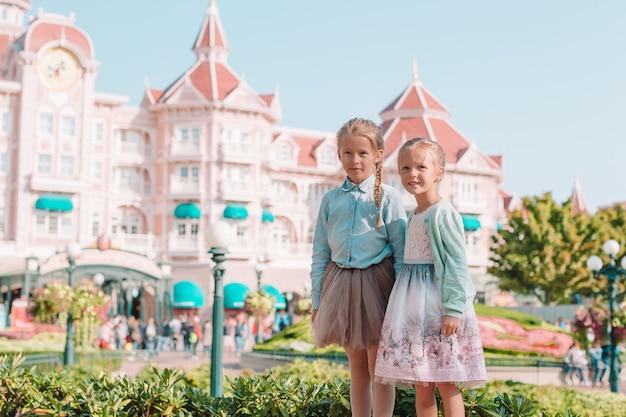 Adorabili bambine in una bellissima principessa si vestono al parco delle fiabe