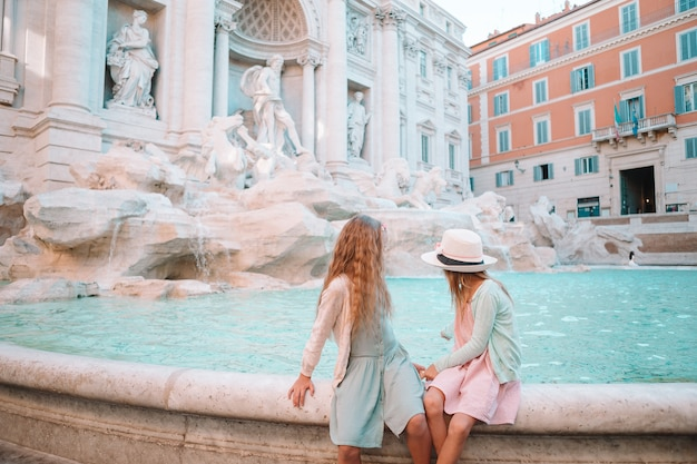 Adorabili bambine vicino alla fontana di trevi a roma.