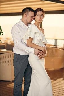 Adorabili sposi sulla terrazza del ristorante il giorno delle nozze