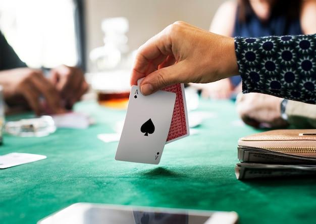 Adulti giocando a carte e socializzando