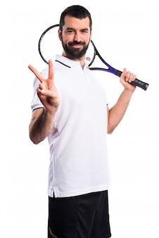 Adulto che festeggia il divertimento di atletica del tennis