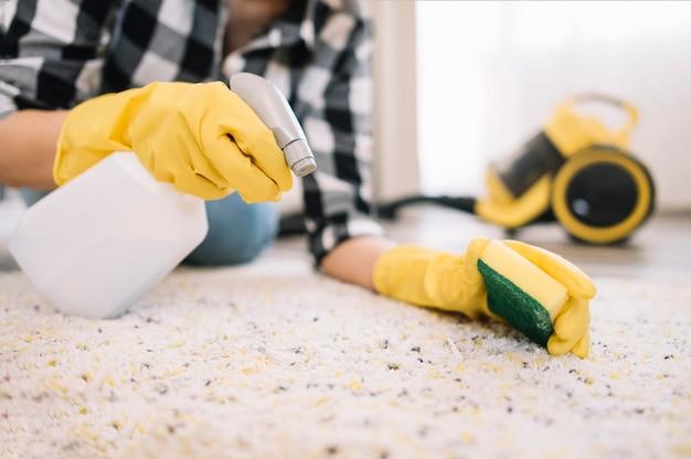 Adulto che lava il tappeto