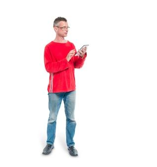 Adulto maturo che esamina il suo ipad