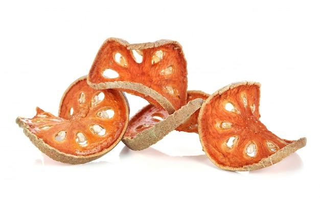 Aegle marmelos. frutta secca di bael su bianco