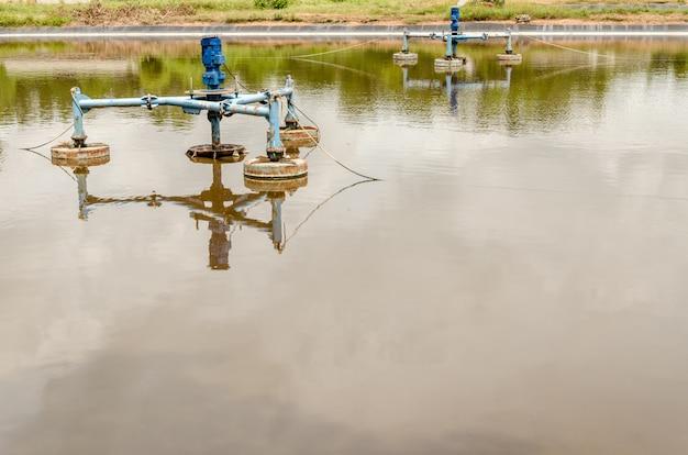 Aeratori di superficie nello stagno delle acque reflue al sito della discarica.
