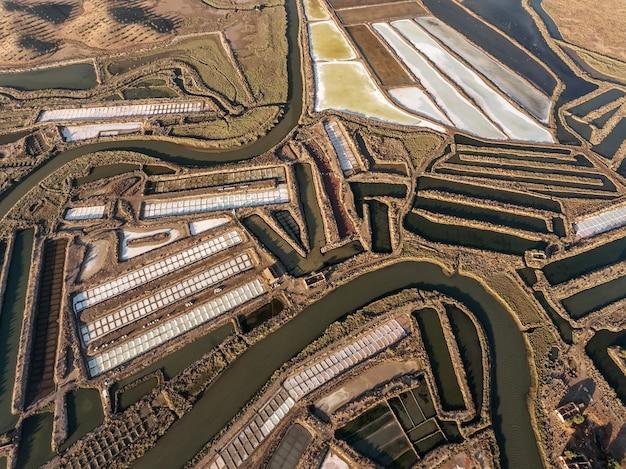 Aerea. campi strutturati di laghi salati paludosi. salines portogallo. vila real santo antonio.
