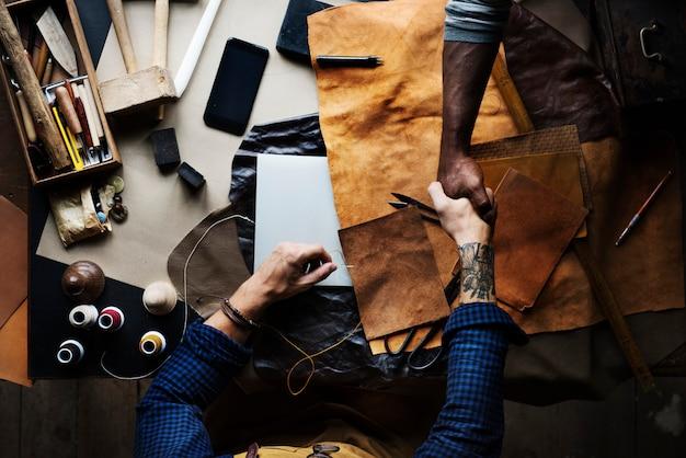 Aerea di artigiani di learther che si stringono la mano