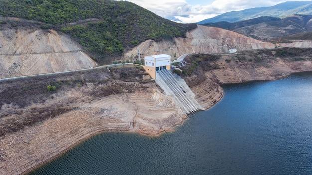 Aerea. diga del bacino idrico odelouca di acqua potabile nella regione dell'algarve di portogallo. monchique.