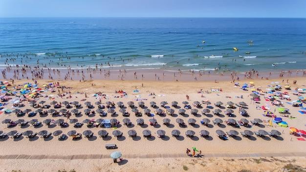 Aerea. foto della spiaggia e turisti della città di albufeira. dal cielo.