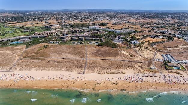Aerea. panorama di albufeira aerea nella regione dell'algarve, portogallo,