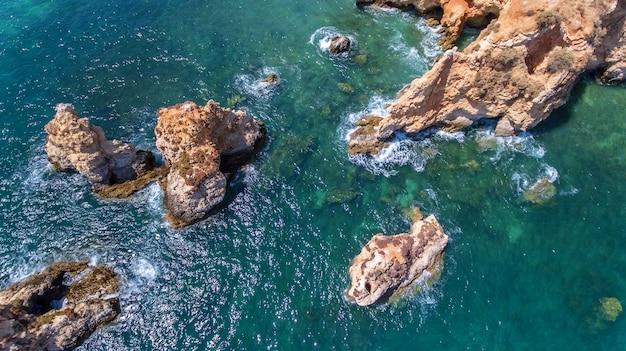 Aerea. rocce e spiagge vicino alle spiagge di portimao.