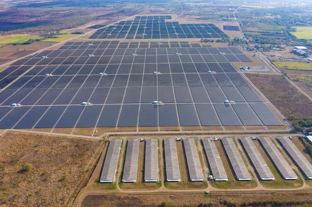 Aerea sopra l'azienda agricola della fabbrica di celle solari di vista in tailandia