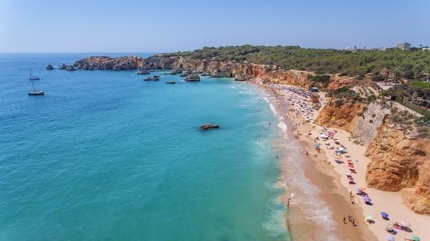 Aerea. spiagge turistiche della città portoghese di portimao. sparato dai droni