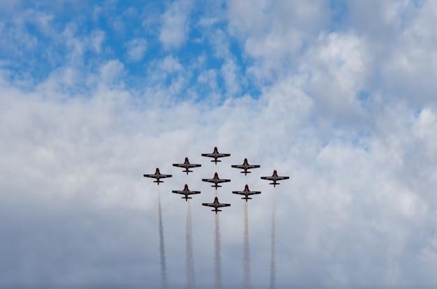 Aerei acrobatici che effettuano all'esposizione di aria in corrente rapida, saskatchewan, canada
