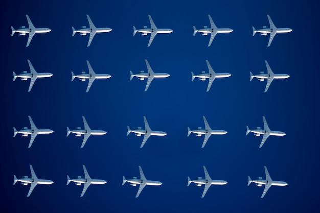 Aerei bianchi nel modello del cielo blu