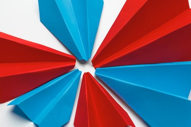 Aerei di carta rossa e blu. concetti di leadership e concorrenza aziendale