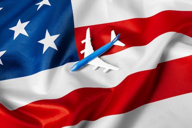 Aereo jet giocattolo e bandiera degli stati uniti.