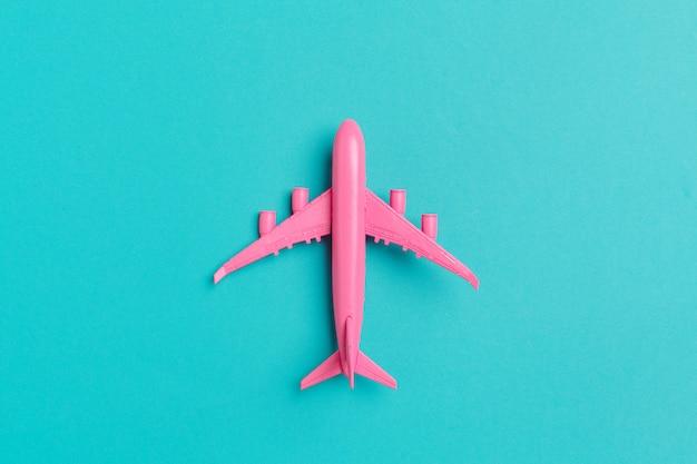 Aereo modello, aereo su sfondo di colore pastello.