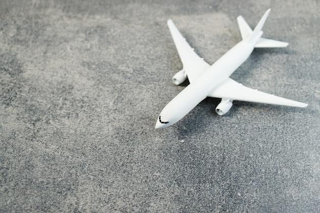 Aereo modello, aeroplano sul colore pastello