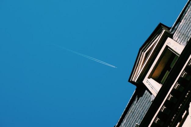 Aereo nel cielo blu