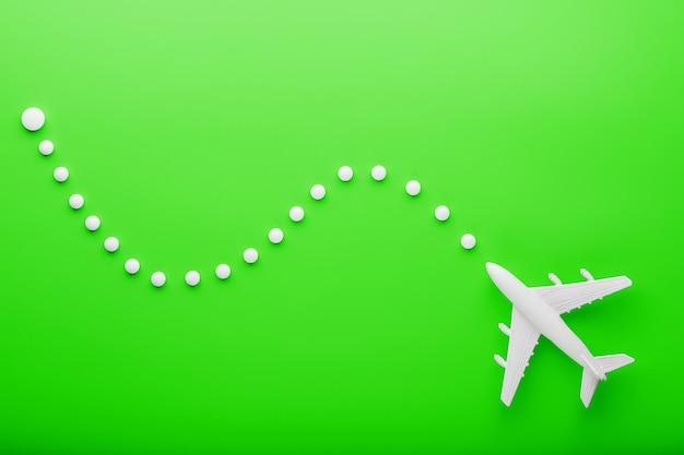 Aereo passeggeri bianco con punti di traiettoria come su una mappa del percorso
