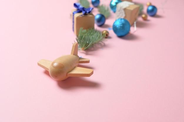 Aereo per bambini in legno su rosa