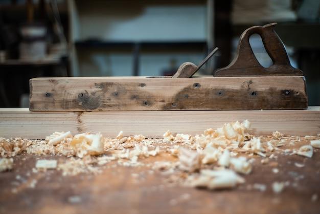 Aereo sul tavolo del falegname in officina con segatura