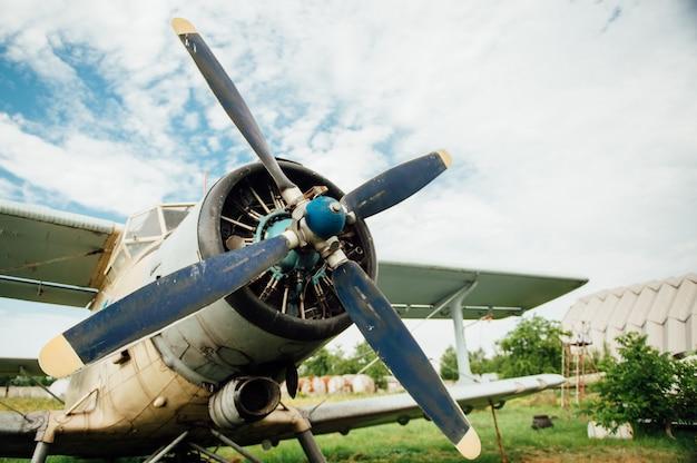 Aeroplani che stanno sull'erba verde. ucraina, 2016