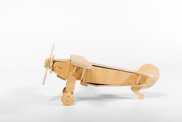 Aeroplanino giocattolo isolato