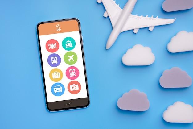 Aeroplanino giocattolo, nuvole e smartphone