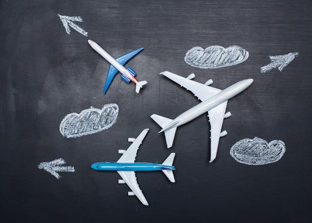 Aeroplanino giocattolo su disegni lavagna e frecce