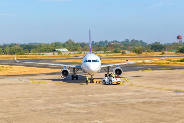 Aeroplano al cancello del terminal dell'aeroporto pronto per il decollo, aeroporto internazionale moderno
